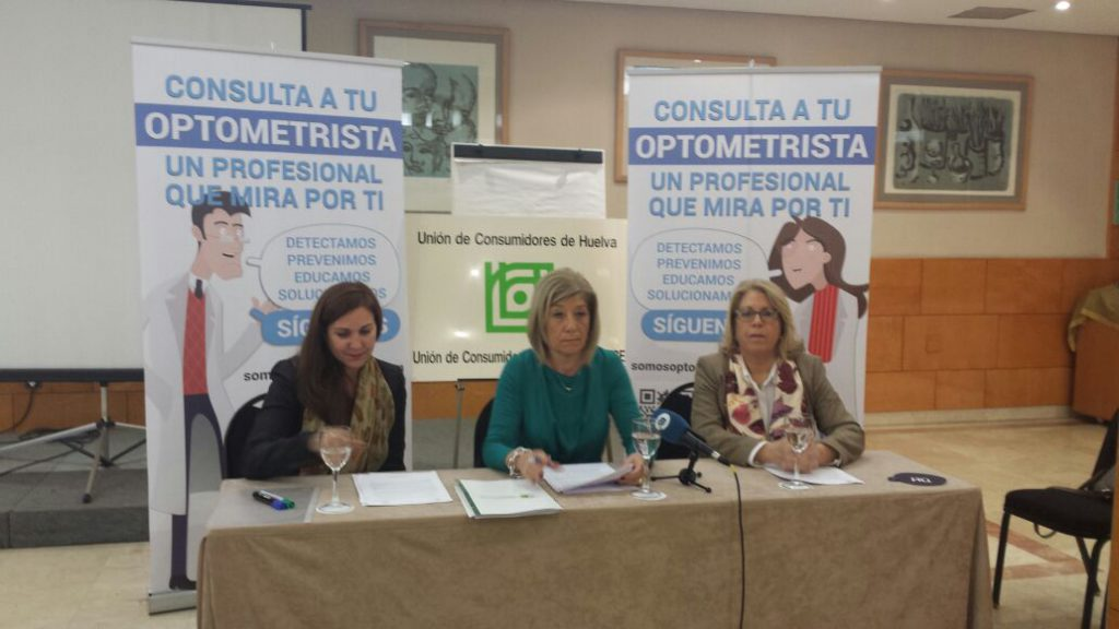 De izquierda a derecha: Belén Castillo, presidenta de la Unión de Consumidores de Huelva; Blanca Fernández, presidenta del Colegio Oficial de Ópticos-Optometristas de Andalucía y Mª Ángeles Macías, delegada provincial de Huelva.