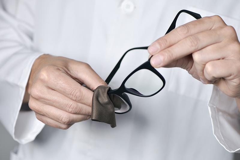 0ace69a234 Utilizar gafas progresivas no significa tener que llevarlas todo el día  puestas. Su uso dependerá del grado de dificultad visual de cada paciente,  ...